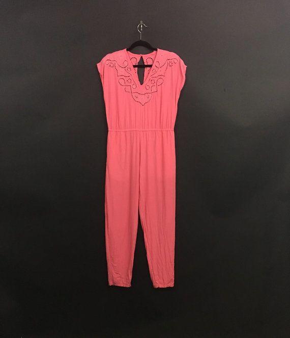 DETALLES DEL ARTÍCULO  Mono de algodón de color rosa salmón con detalle de encaje de corte balinesa  -detalles de corte en el cuello de encaje floral balinés  -dos bolsillos!  -solo cierre ojal trasero     MEDIDAS:  ETIQUETA: na TAMAÑO: na HOMBRO: 21 HOYO A HOYO: 19 LONGITUD: arriba cintura 16; cintura a tobillo 37 CADERAS: 20 en los bolsillos PRETINA: DE 15 CONTENIDO de la tela: algodón  CONDICIÓN: ¡ gran condición!  ESTILO: día de verano chill    Siga tienda Vintage de cohete…