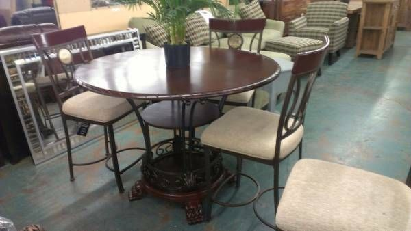 BRAND NEW PERFECT CONDITION BEAUTIFUL SET FROM ASHLEY FURNITURE