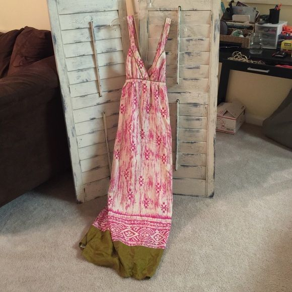 Stunning silk Ann Taylor maxi dress Beautiful 100% silk ann Taylor maxi, so soft and so gorgeous, original over 200 dollars. My mom only wore it once to graduation. It is in perfect condition Ann Taylor Dresses Maxi