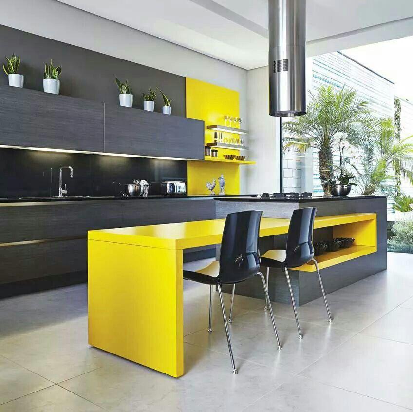Pintura acrilica amarillo, mesón de granito negro Cocina
