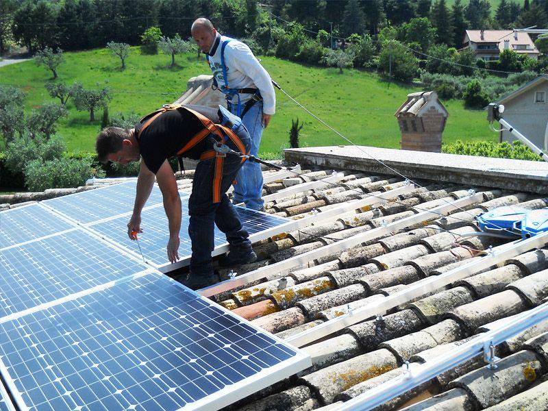 Giornata di lavoro per l'installazione di impianto fotovoltaico della potenza di 8 kW in località Maltignano (AP)