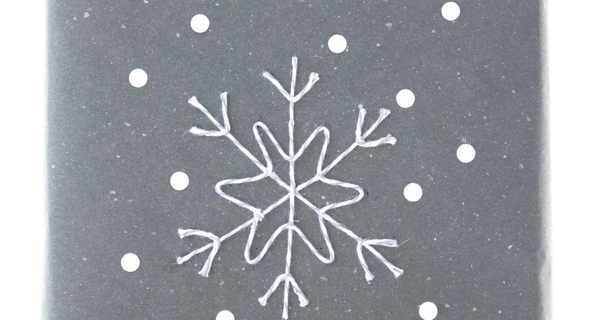 Mustan ekopaperin päälle hahmotellaan lyijykynällä lumihiutale. Harmaasta Bakers twinesta leikataan sopivan mittaiset pätkät ja...