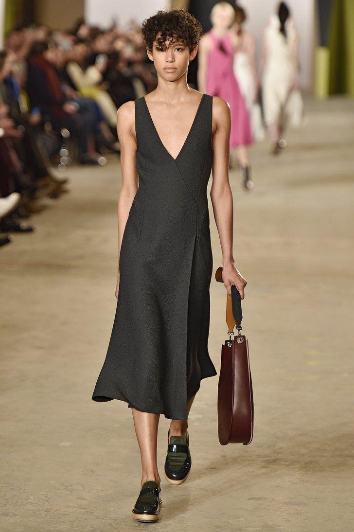 Pin for Later: Boss wird im Herbst/Winter 2016 femininer denn eh und je Boss Herbst/Winter 2016 New York Fashion Week