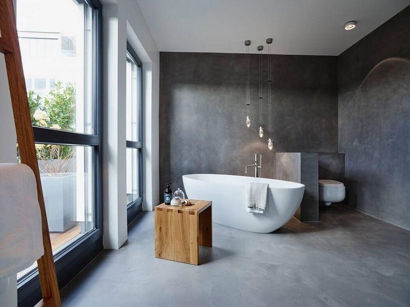 murs et sol salle de bain en b ton cir baignoire lot et tabouret bois massif house. Black Bedroom Furniture Sets. Home Design Ideas