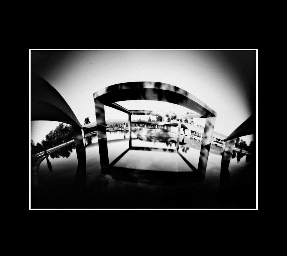 fuente del Centro de congresos, fotografía estenopeica analógica de 15 cm x 21 cm montada sobre MDF negro de 24 cm x 28 cm - Valor:150=Click