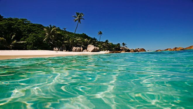 With white sands, warm turquoise waters, fresh seafood, and cocktails on the beach the Seychelles has to be a serious honeymoon contender | Visit wedding-venues.co.uk