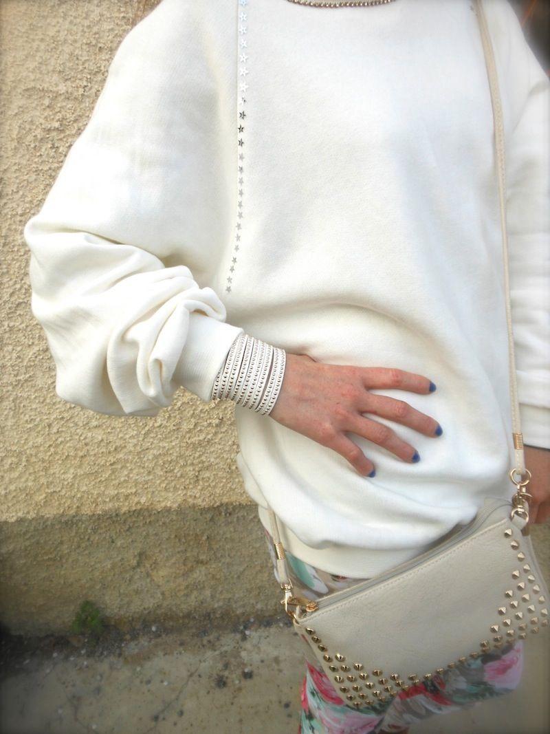 idea outfit legging floreali felpa, outfit floral leggings sweater, paillettes forma stella,  felpe chiare accessori borchie dorati, fashion blogger felpe, amanda marzolini, the fashionamy fashion blogger,