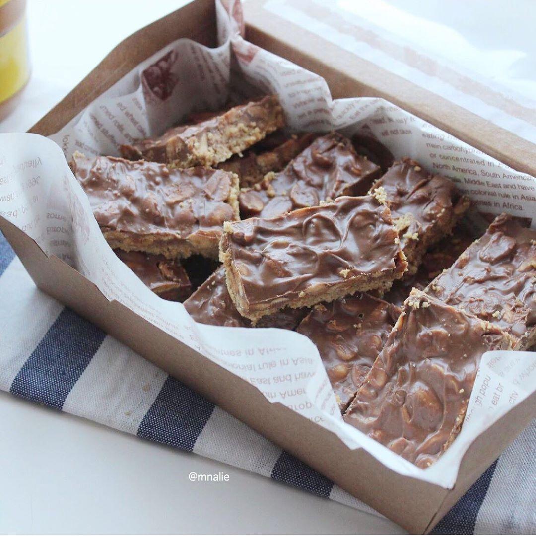 Mnalie On Instagram حلى الفول السوداني لذيذ جداا سههل سريع يجنن ضروووري تسوونه الطبقة الاولى باكيت بسكويت مطحون واخلط Food Breakfast Cereal