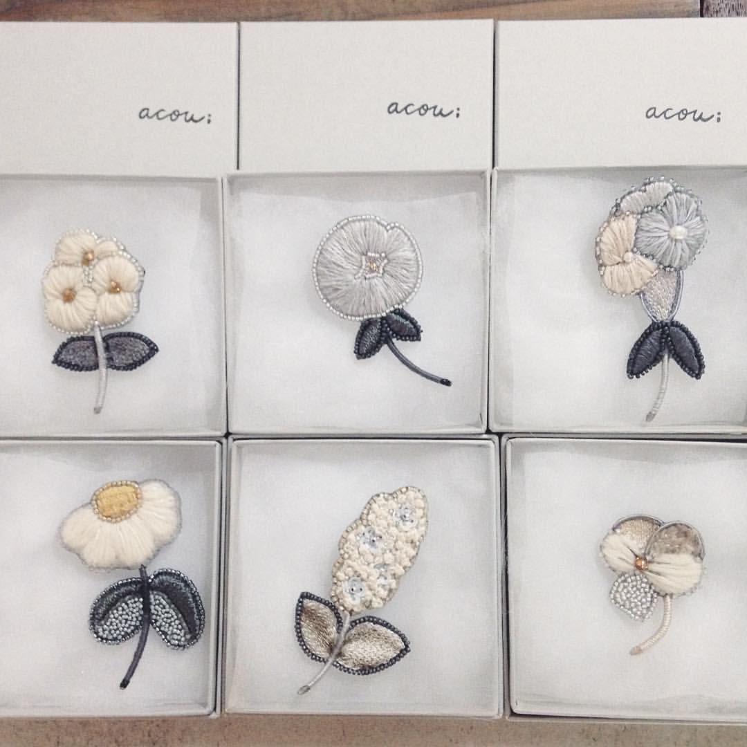 """36 Me gusta, 1 comentarios - craft&vintage GEKKOSHA [月光舎] (@craft.vintage.gekkosha) en Instagram: """"- - 大好きな刺繍細工ジュエリー『acou: アク』さんのブローチが再入荷いたしました! - 毎回、入荷してすぐに皆お嫁に行ってしまうので、店内に居てくれる時間が愛おしく感じられます。 -…"""""""