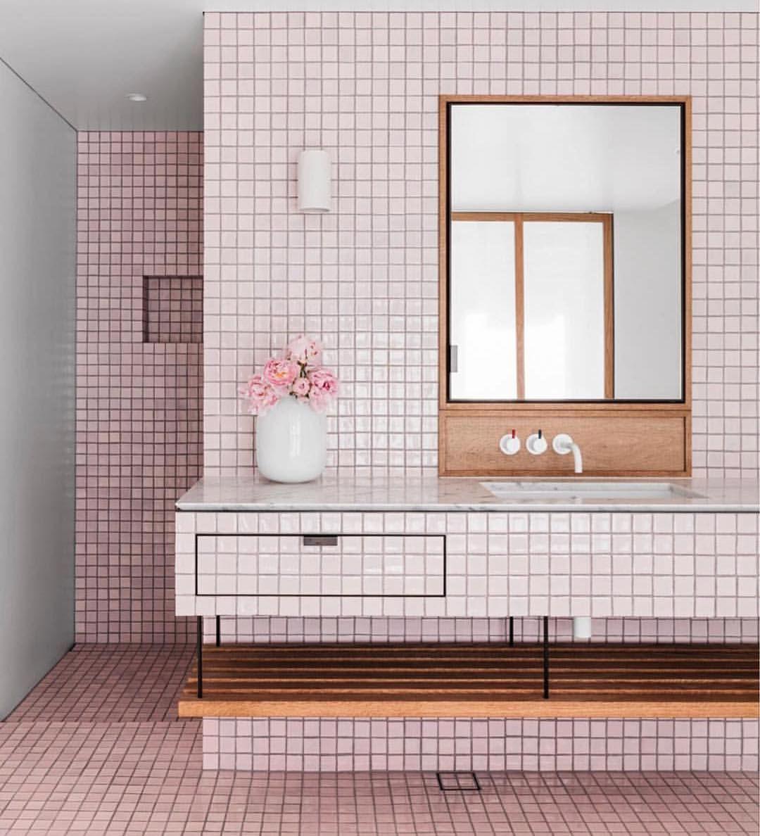 Roze badkamer / roze tegels / badkamer inspiratie / vierkante ...