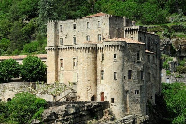 Ardèche-Château de Largentière. Drink iets op het terrasje erbij van Largentière