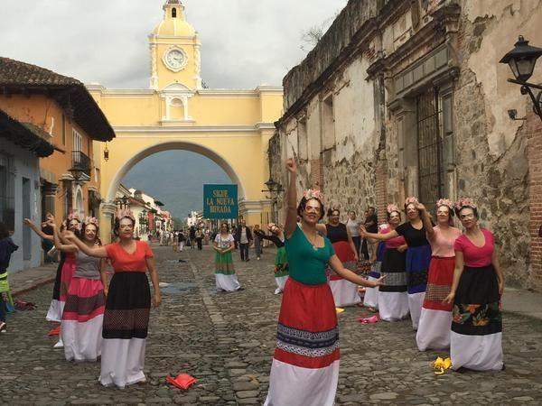 Por las calles de #LaAntigua, muchas Fridas multicolores luciendo una nueva mirada. #LaNuevaFridas #RestauranteFridas #Guatemala #FridaKahlo #BTL
