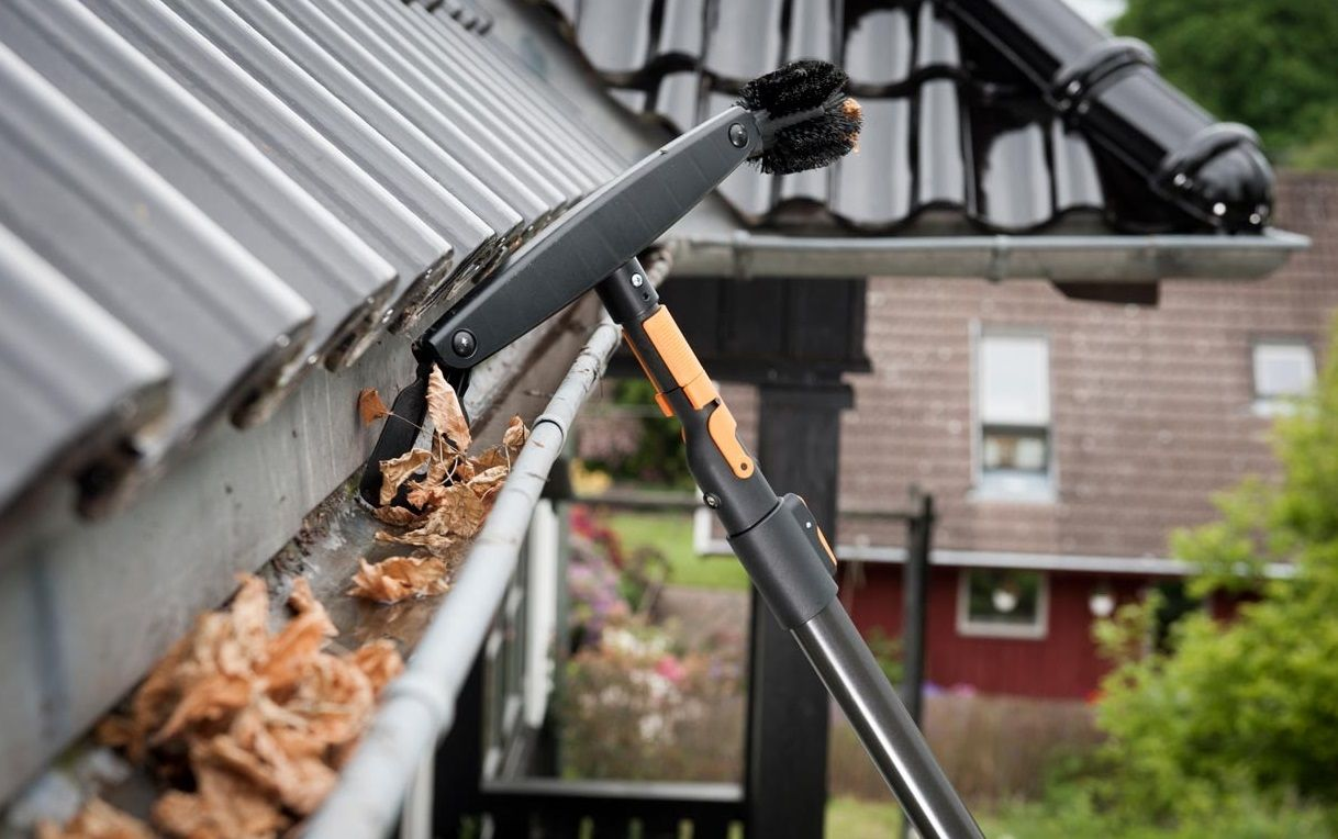 25 Best Gutter Cleaning Tools Reviews Updated Cleaning Gutters Gutter Cleaning Tool Rain Gutter Cleaning