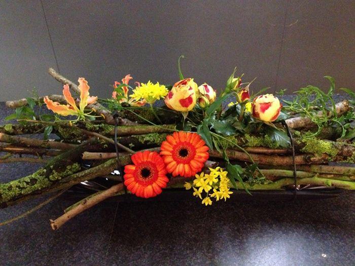 Mooi bloemstuk met veel uit de natuur bloemschikken for Gerbera in de tuin