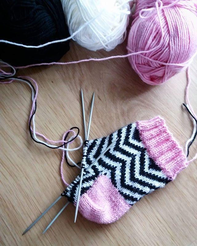 Testisukka 🐏  #sairastupajatkuu #knit #knitting #knitdesigner #knittersofinstagram #knitstagram #neulonta #knittignforkids #strömsöhukassa #pititullamullesukat 🙈😂