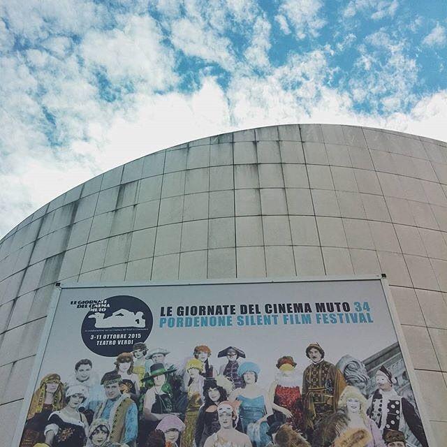 Si inaugura questa sera a #Pordenone la 34 edizione de Le Giornate del Cinema Muto (@pordenonesilent) uno dei festival più importanti in questo genere che richiama appassionati da tutto il mondo.  Red carpet questanno per #ArturoBrachetti che verrà a presentare il programma dedicato a Leopoldo Fregoli il grande trasformista e pioniere italiano del cinema di cui Brachetti è erede e continuatore; e per #JohnLandis regista di culto  tra i suoi titoli più famosi #TheBluesBrothers #AnimalHouse e…