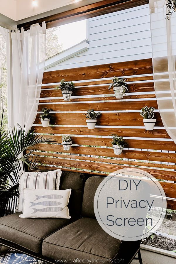 Love being outside but need a little more privacy in your life? Build this DIY privacy screen and planter wall to create your backyard oasis. Everyone wants outdoor living goals! #outdoorliving #privacyscreen #plantwall