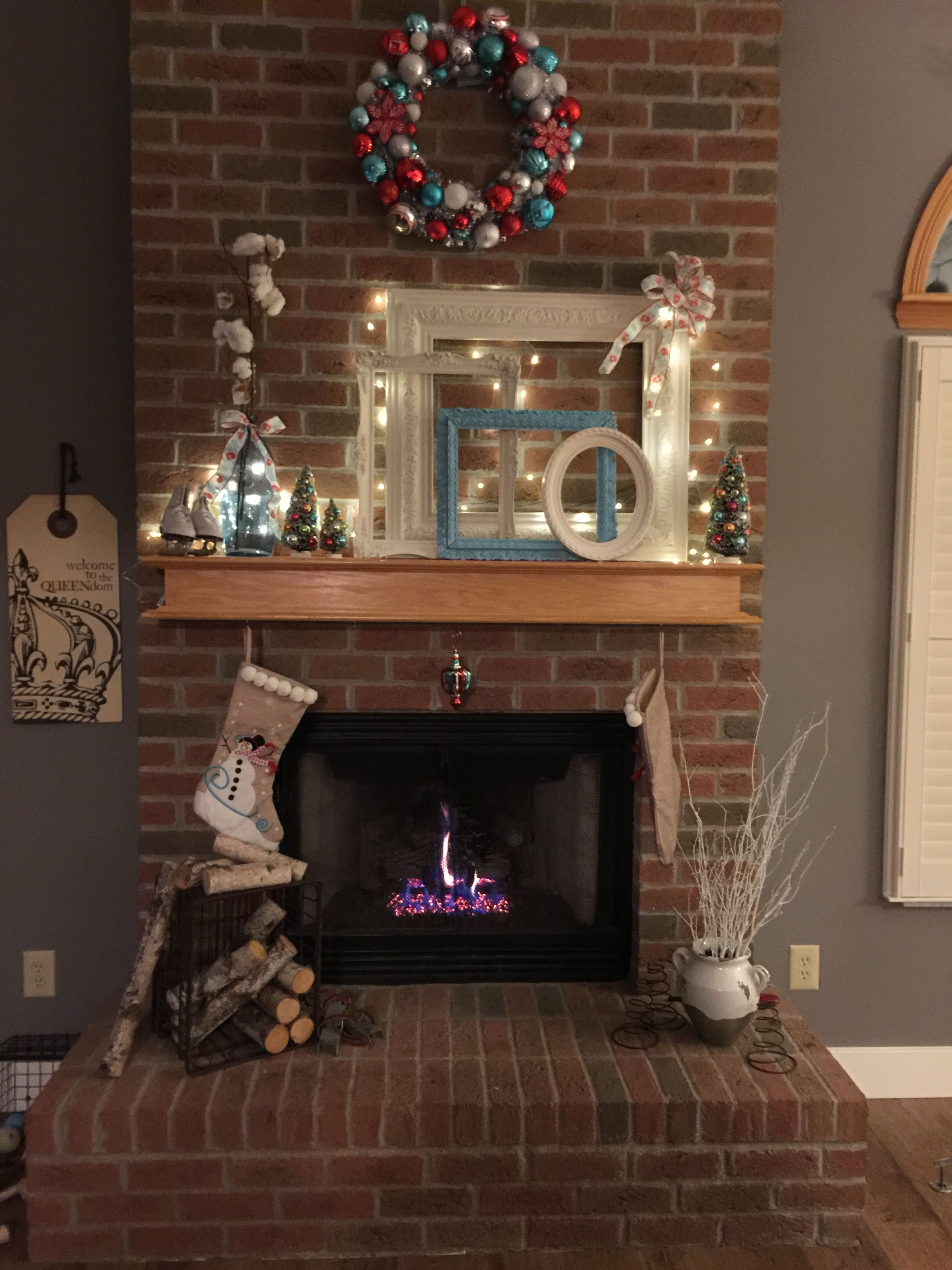 Red and turquoise Christmas fireplace decorations ...