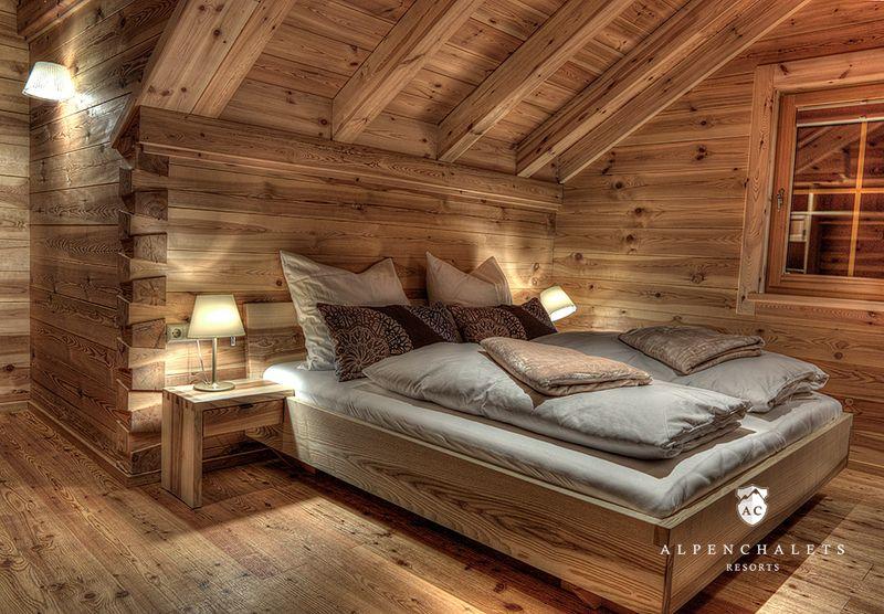 Luxus schlafzimmer ~ Weißes schlafzimmer mit leder bett kopfteil und schminktisch