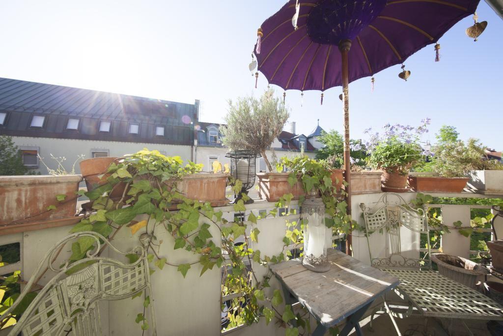 balkon mit gr ner bepflanzung gartenm bel und lila sonnenschirm balkon balcony balkon und. Black Bedroom Furniture Sets. Home Design Ideas