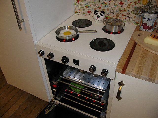 Oven with two burners, oven and oven light on    | PLAY