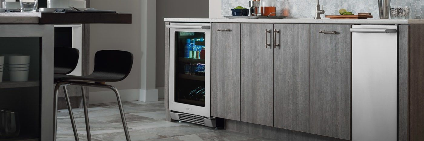 Merveilleux 24u0027u0027 Under Counter Beverage Center With Right Hand Door Swing EI24BC10QS  Electrolux Appliances