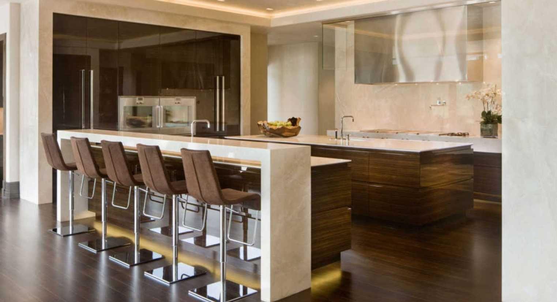 Tolle Arbeitsplatte Moderne Kuche Und Einen Weissen Barhocker Mit Braunen Minimalis Insel Zahler Way Modern Kitchen Bar Kitchen Bar Design Modern Kitchen Design