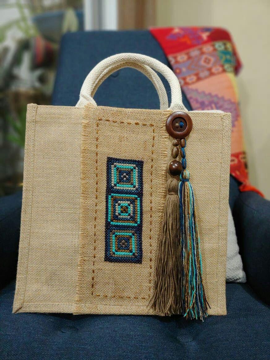 Bolsa de yute decorada con punto de cruz.  – Bolsa