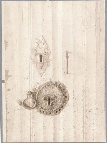 1905 Zuidsingel 23-25: detail van een gothische, eikenhouten deur met twee slotplaten, een handgreep en een ring voor een deurklink in de gang van het Burgerweeshuis in Mariënhof. Deze is bij restauratie verdwenen