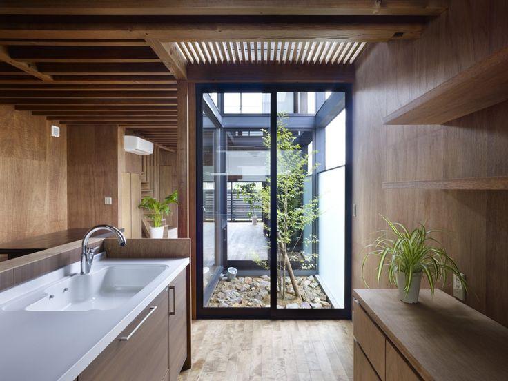 Jardim interno integra os ambientes. Cursos on line de Design de Interiores e Paisagismo.
