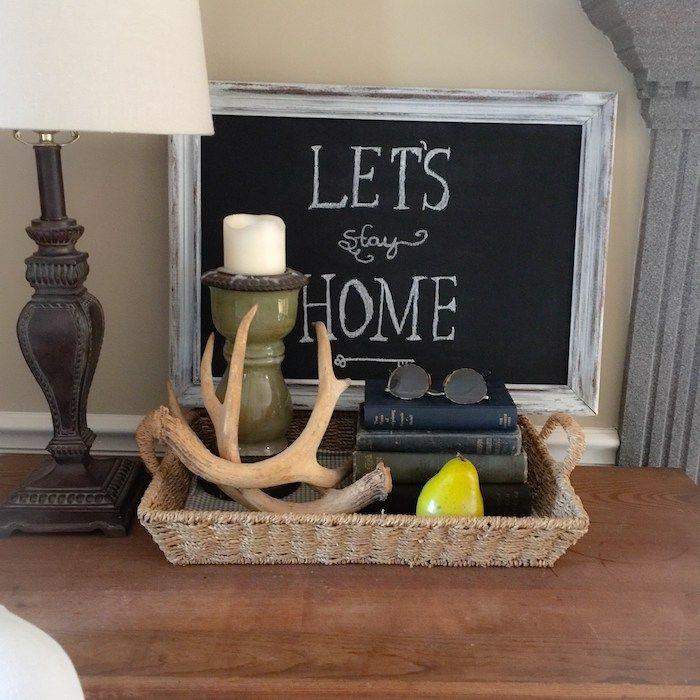eine kleine Tafel in Rahmen mit einer Botschaft als Dekoration für