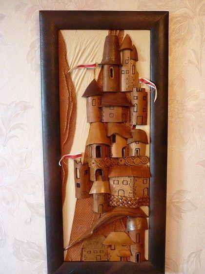 картина `Средневековый город `. Авторская работа мастера Дельцовой Е.В.   Выполнена  с элементами драпировки,плетения , выжигания.