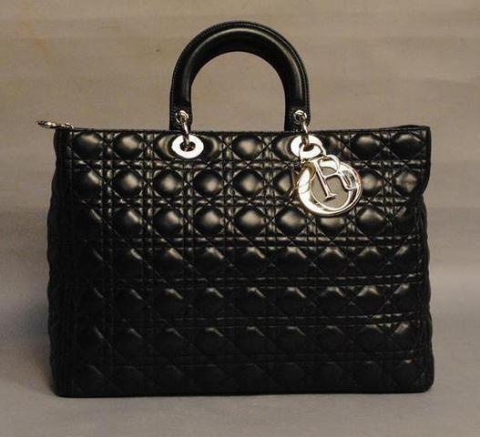 871a124704 CHRISTIAN DIOR - grand sac Lady Dior, cuir agneau noir, cannage capitonné  et surpiqué