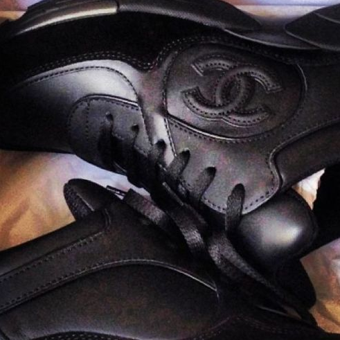 CHANEL CC LOGO BLACK LEATHER TENNIS SNEAKERS, purchase at theCIRCEeffect.com