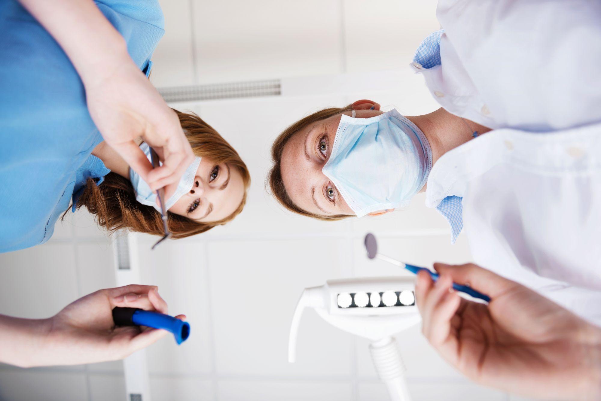 כיצד נבחר מומחה בשתלים דנטליים Emergency dentist
