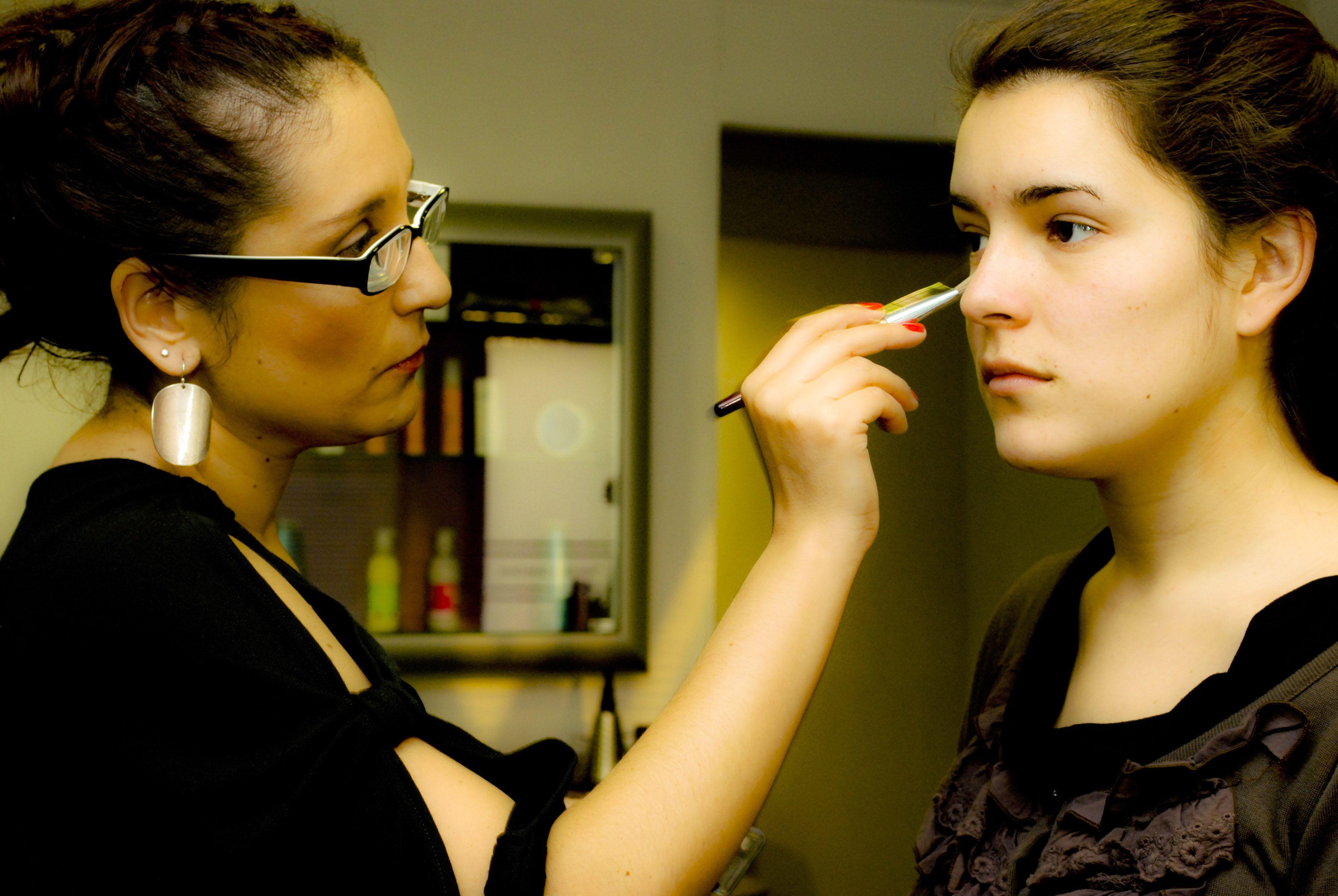 Aplicación de base de maquillaje.   TIP: Para elegir la correcta pruébala siempre en tu cuello. Nunca en la mano!