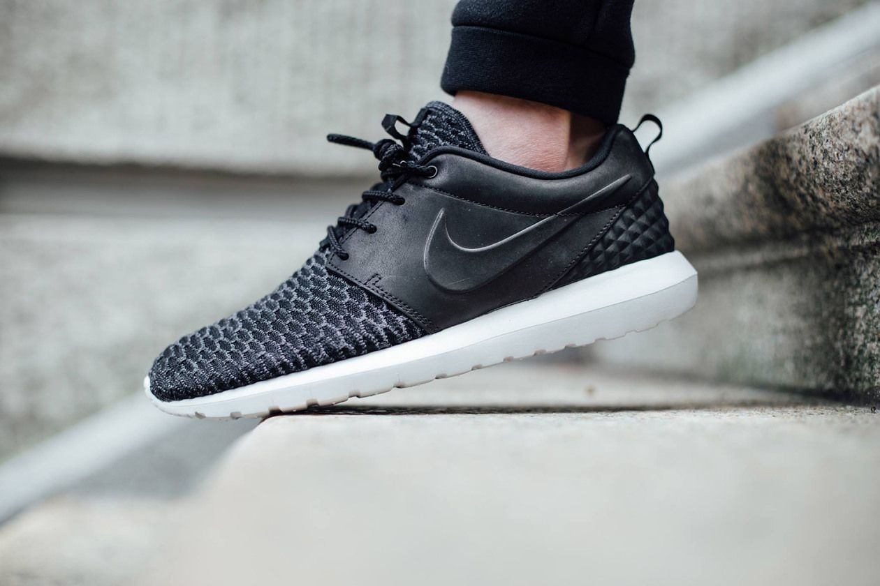 new style 22fc0 04993 When we thought that the now Rosherun Nike had said it all, here is a new  model arrived in several store these days. Clean, monochrome with  contrasting ...