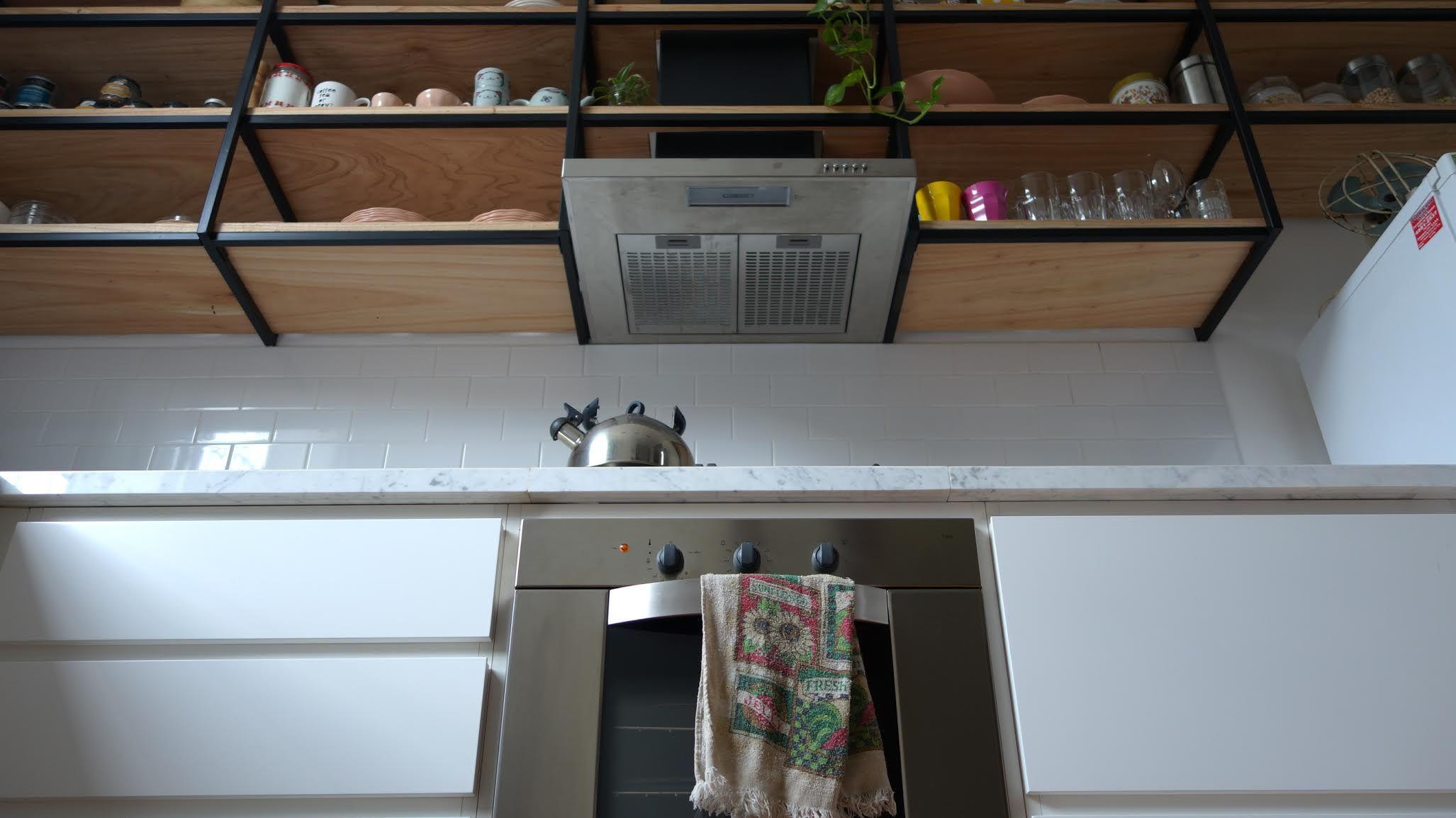 Coordinar gabinete de la cocina piso de madera de color - Cocina Con Piso De Madera Mesada De Carrara Muebles Laqueados Y Alacena Colgante Con
