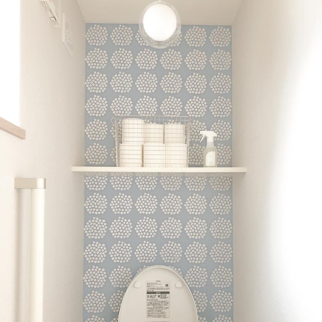 Yuchi 24 Instagram トイレの壁紙は一面だけプケッティに ライトもこだわりました トイレクリーナーはだいすきなshiro Marimekko マリメッコ プケッティ Puketti トイレ 壁紙 トイレ 壁紙 リビング インテリア 壁 インテリア ポイント