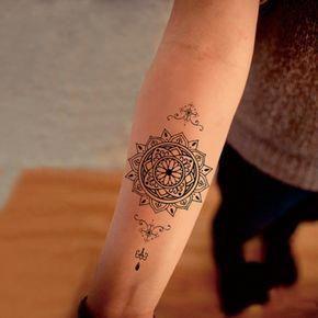 junge Frau mit Mandala Tattoo am Unterarm, kleines Tattoo amUnterarm mit Mandala-Motiven, kleine Tribal-Symbole in Schwarz #smalltattoossymbols