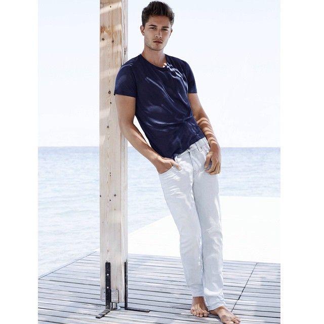 Yaz demek, daha çok beyaz demek. Sen de beyaz jean'ini, basic, baskılı tişört, polo ya da gömlek gibi, her parçayla tamamlayabilirsin.