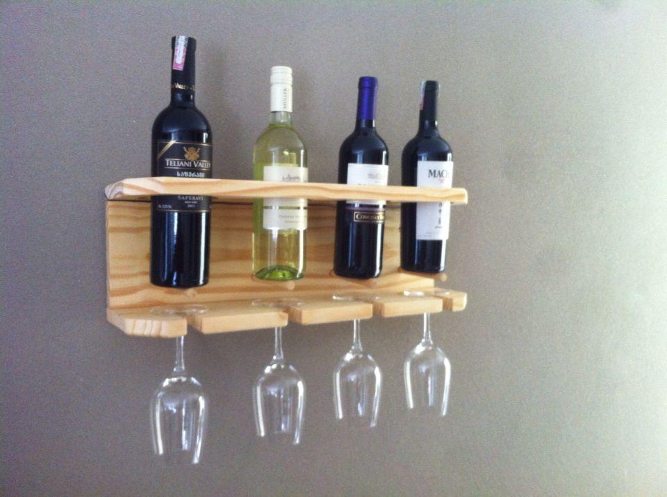 Suporte para taças e vinhos feito de pínus
