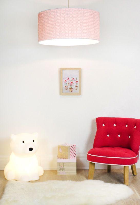abat jour enfant Laurie Lumière, luminaire chambre enfant, lampe veilleuse ours, suspension  abat-jour rose, mini fauteuil capitonné rouge.