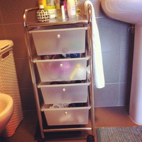 Opciones prácticas para ordenar tus cosas en el baño ordenyarte.wordpress.com