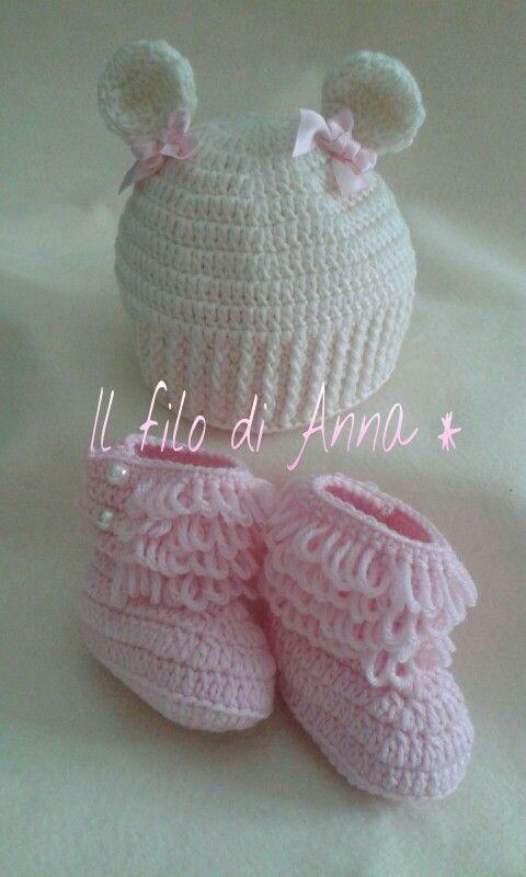 Cappellino orsetta lana fiocchetti stivaletti uncinetto