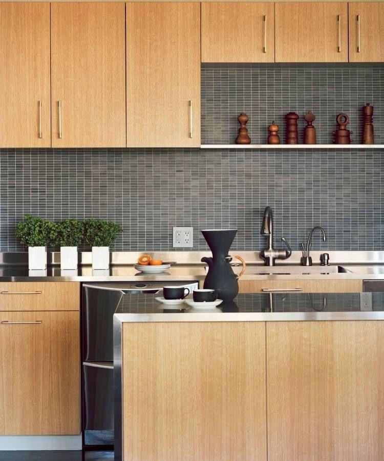 moderne Küche mit Fronten aus Eichenholz, Arbeitsplatte aus - arbeitsplatte küche eiche