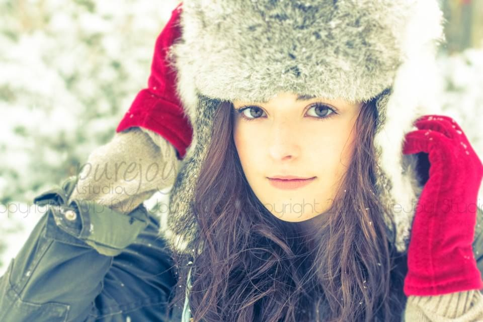 Senior Photography. Winter Wonderland. Winter Outfit. Red Gloves.