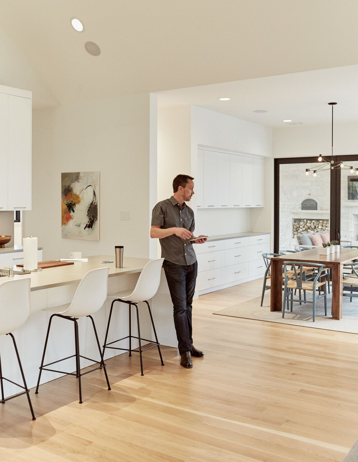 A Set Of Eames Molded Plastic Bar Stools Line The Caesarstone Countertop In