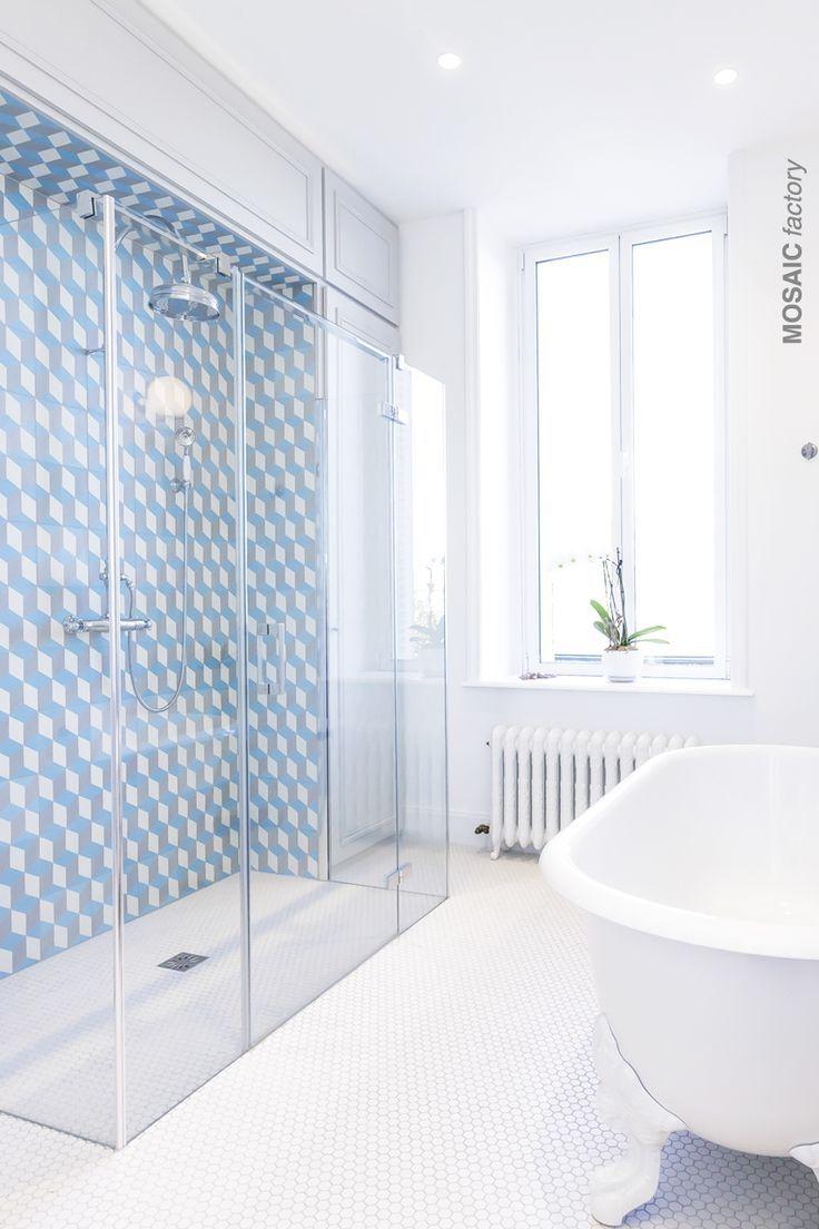 Weißes modernes Badezimmer mit blau, grau und weiß gemusterten ...