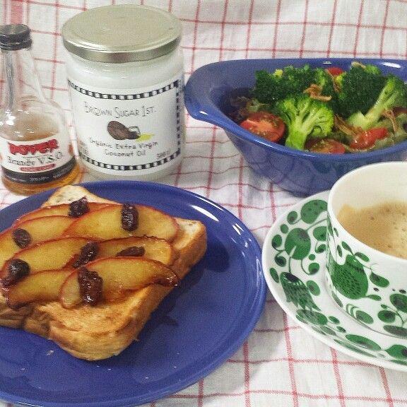 ココナッツオイルとリンゴのオープンサンドの朝食